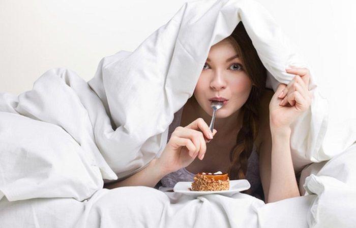 кушать в постели