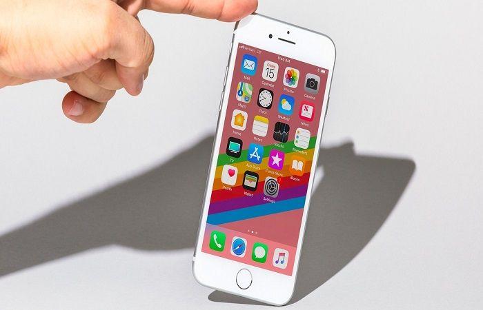 держать смартфон