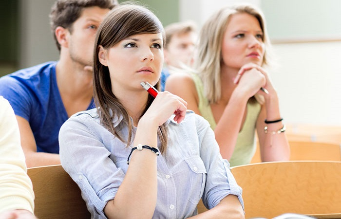 студенты слушают