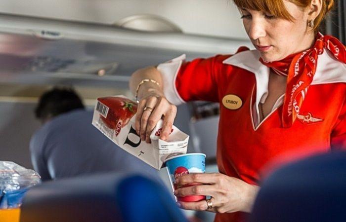 стюардесса с соком