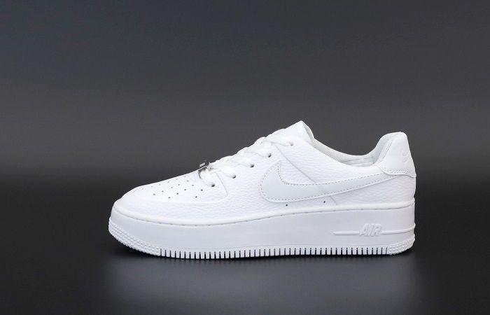 белый кроссовок