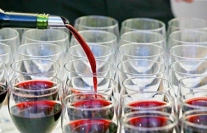 налить алкоголь