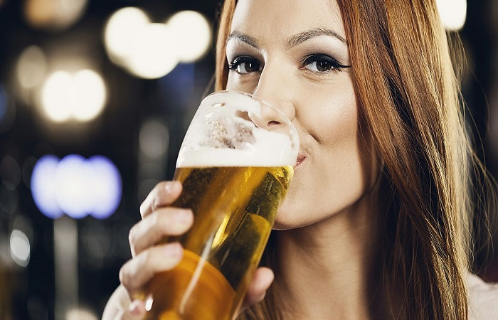 девушка пьёт