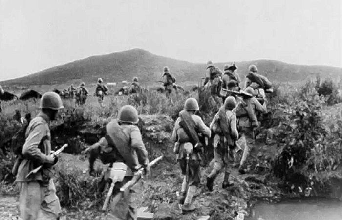 бегут солдаты